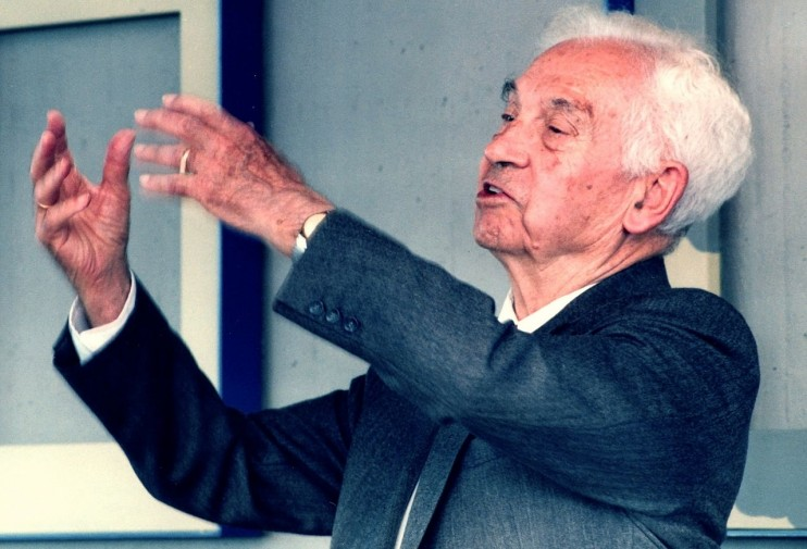"Ernst Mayr: ""Evolution ist ein Fakturm""  ""Ernst Mayr PLoS"" von University of Konstanz - Meyer A. (2005). ""On the Importance of Being Ernst Mayr"". PLoS Biology 3 (5): e152. DOI:10.1371/journal.pbio.0030152.. Lizenziert unter CC BY 2.5 über Wikimedia Commons."