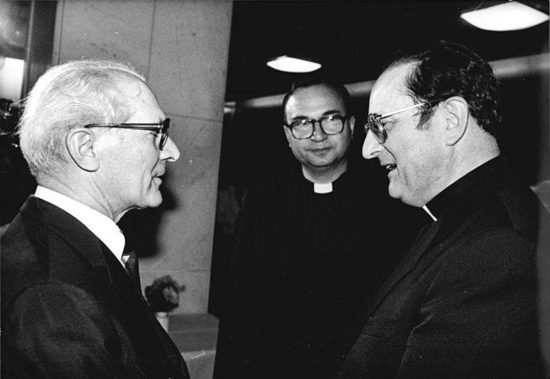 """Meisner trifft Honecker: """"Als ehemaliger DDR-Bürger habe ich das Allerheiligenfest immer als das große Siegesfest über den so genannten wissenschaftlichen Atheismus erfahren."""" (Kardinal Meisner am 1.11.09)Foto: Bundesarchiv/Wikipedia"""