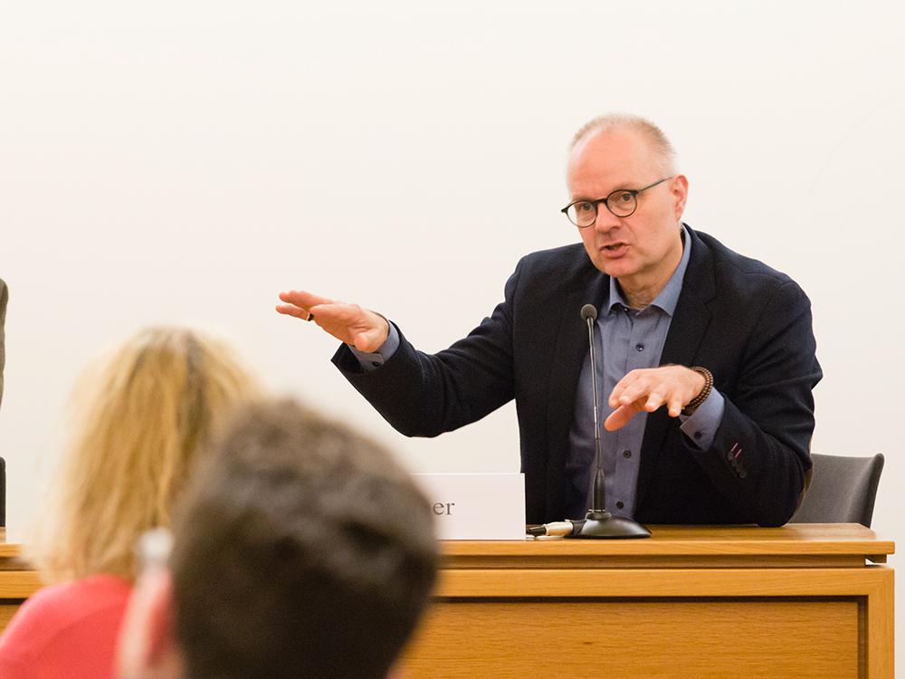 Karl-Heinz Lieber im Gespräch mit den TagungsteilnehmerInnen